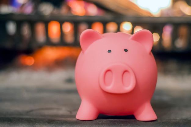 貯蓄の概念。暖炉のあるピギーバンク。省エネルギーのコンセプト。