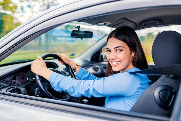 かわいい若い女性の幸せ運転車