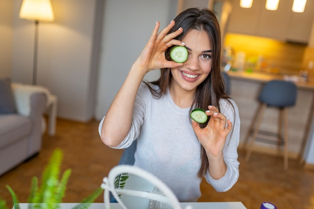 Натуральные домашние свежие огуречные лицевые прокладки для глаз.