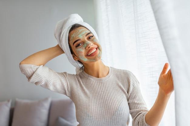Красивая женщина с глиной или грязевой маской на лице над домом.
