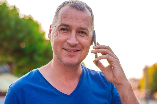 Человек разговаривает по телефону.