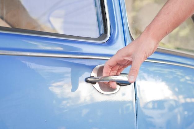 開かれた車のドア、人手の車のドアを開く、クローズアップ