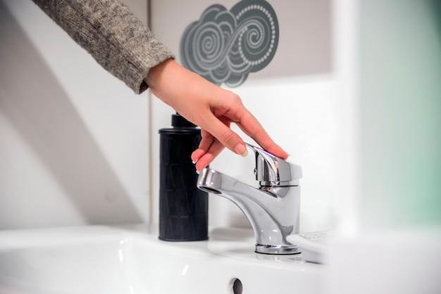 衛生。手を掃除する。洗濯手。女性は手を洗う