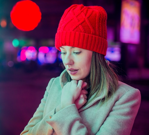 Подчеркнула молодая женщина перед елки. праздничная брюнетка чувство грустно на рождество. усталый и одинокий на рождество