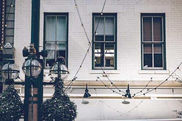 デンバー市の歴史的な場所にある古い大きな窓、屋外照明のある美しい歴史的な建物。