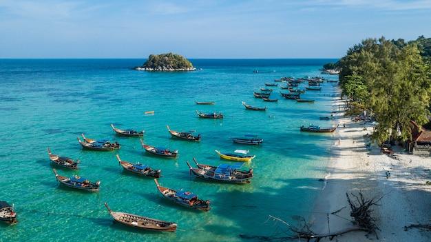 リペ島、サトゥーン、タイのロングテールボートのグループの空撮