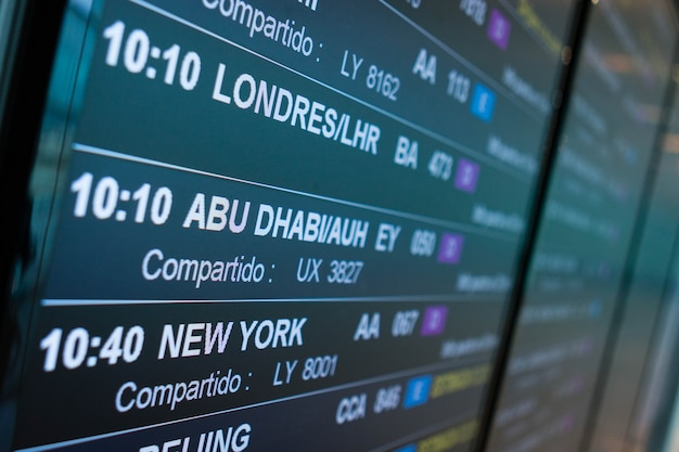 Табло вылета аэропорта объявляет расписание следующих рейсов