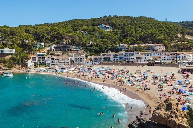 夏のサリエラビーチ。スペインの夏の目的地。スペイン、カタルーニャ、コスタブラバのベガー