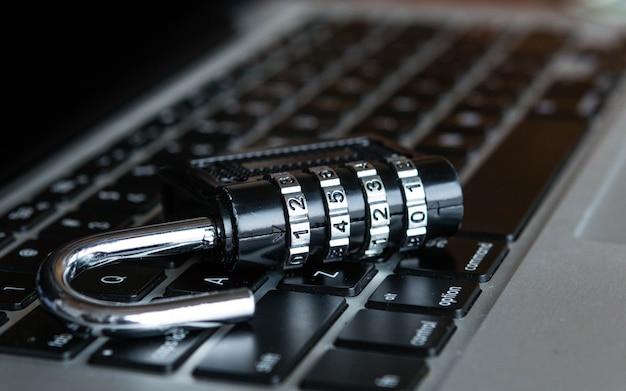 ラップトップ上のロッカー。サイバーセキュリティの仕事ビジネス、技術、インターネット、ネットワークの概念