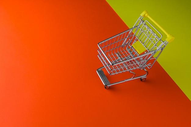 小さなトロリー。最小限のショッピングオンラインコンセプト