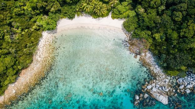 夏には誰もいない熱帯のビーチの素晴らしい空撮。マレーシアの休暇先。ヤシの木とクリスタルの水と熱帯の砂浜