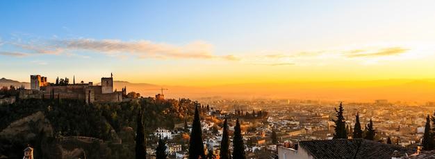 日没時のスペイン、アンダルシア、グラナダの素晴らしい風景。アルハンブラ宮殿のパノラマビュー