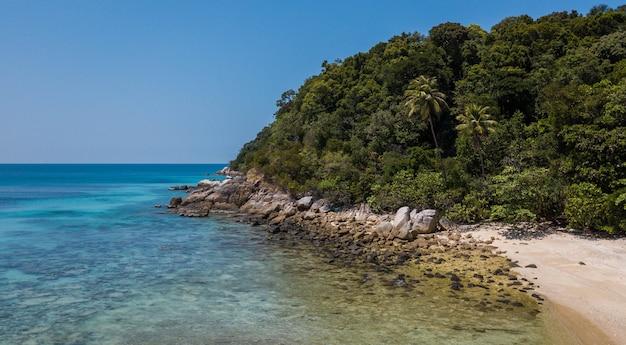 ペルヘンティアン島。パラディシアールの熱帯のビーチの美しい空撮