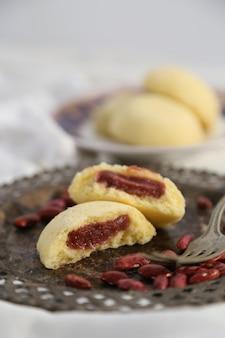 Приготовленные на пару булочки с начинкой из красной фасоли