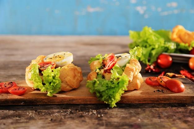 ゆで卵、野菜、マヨネーズソースの野菜サンドイッチ