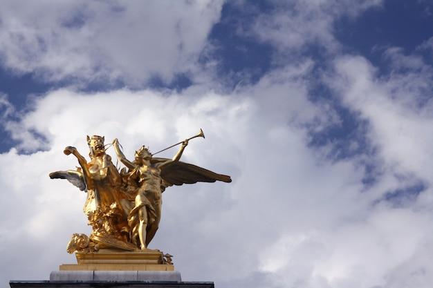 Статуя на большом дворце в париже