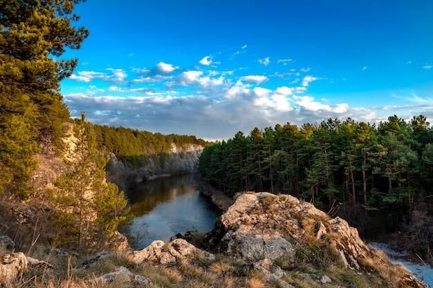 Вид со скалы на реку, протекающую в каньоне.