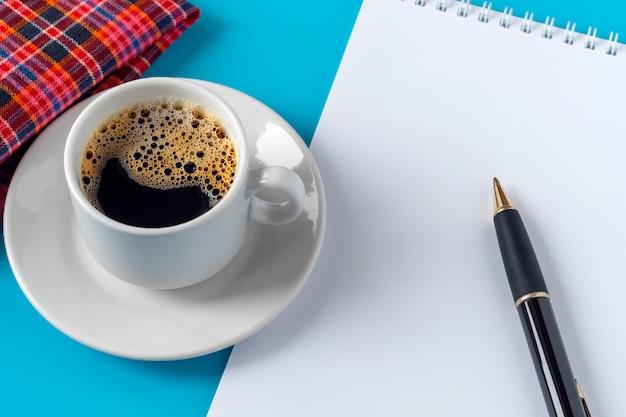 白いシートとペンのノート。