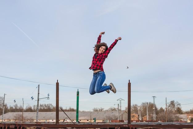 Молодая красивая женщина прыгает и чувствует
