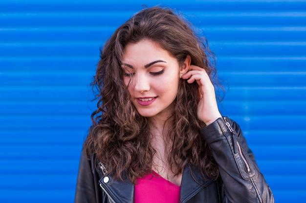 На открытом воздухе портрет красивой молодой женщины на синем
