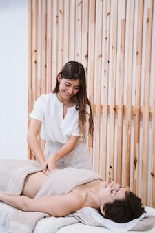 理学療法士クリニックで女性患者にマッサージを与える女性