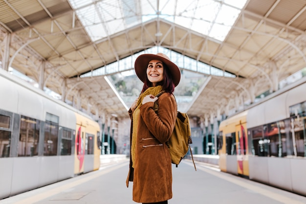 電車に乗ると旅行を待っている駅で若い観光客の女性