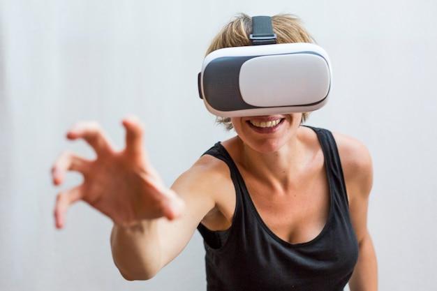 仮想現実のヘッドセットを楽しんで若い女性。革新技術と教育コンセプト