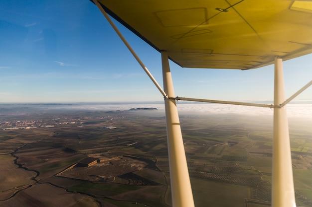 Взгляд изнутри легкого самолета в пасмурном заходе солнца. концепция путешествия