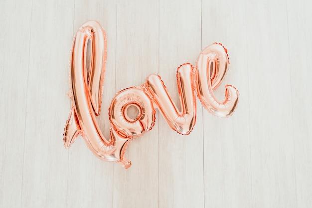 Взгляд сверху розового воздушного шара любви. валентина концепция