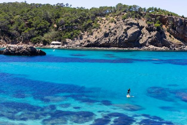 地平線のボートで晴れた日に青い海のイビサの美しい風景。夏と休日のコンセプトです。
