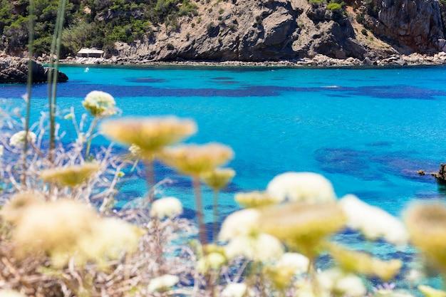 晴れた日に青い海のイビサの美しい風景。夏と休日のコンセプトです。