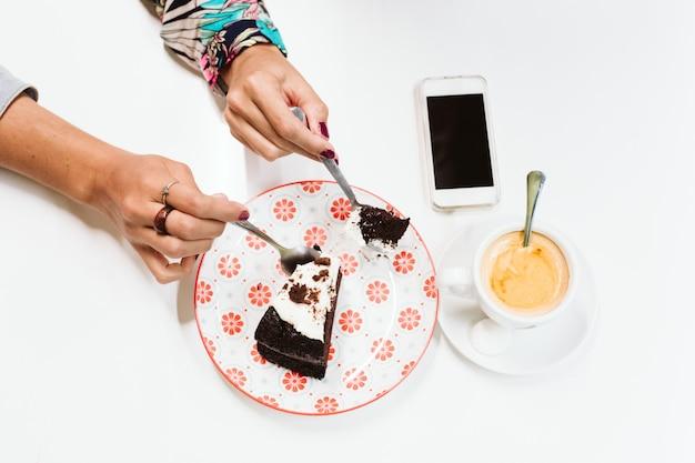 スプーンでケーキを共有する手