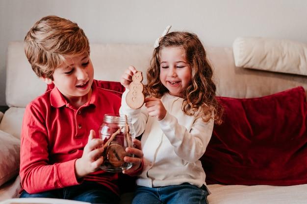 Красивый брат и сестра дома с вкусной закуской