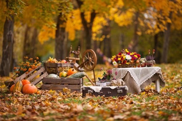 庭の秋の装飾。秋の背景に木製の箱で横になっているカボチャ。