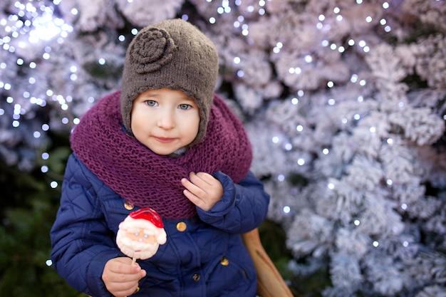 屋外のクリスマスの時期に小さな女の子