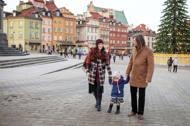 秋の街を歩いて、楽しんで幸せな家族