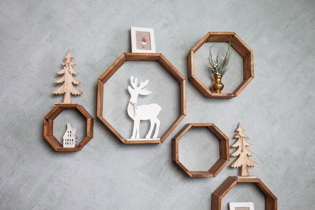 灰色の壁にクリスマスの木製の装飾。冬休み。