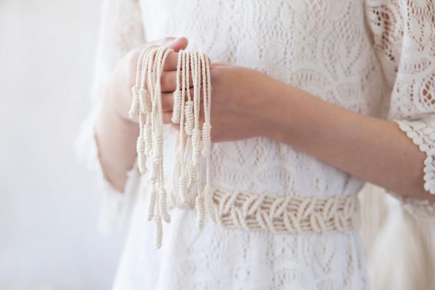 手作りマクラメドレスベルト。天然の綿糸と木製のビーズ。