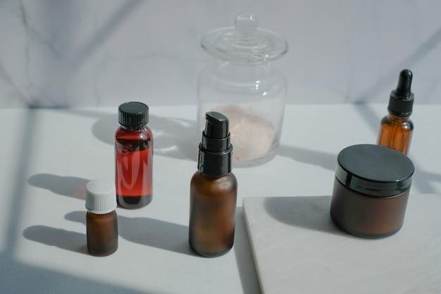 化粧品のスキンケア包装。自然光と影のある豪華な白い大理石を模した美容製品。