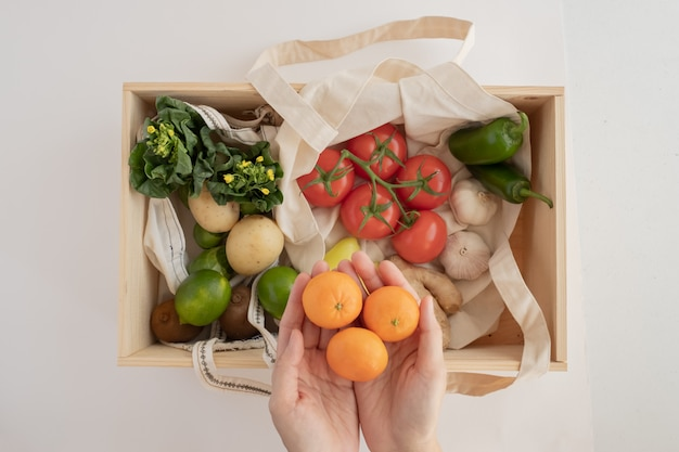 Свежие овощи и фрукты в деревянной коробке для здоровой веганской диеты концепции и доставки продукта.