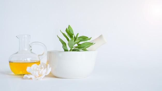 モルタルと天然緑葉のアロマセラピーオイル。アロマスキンビューティースパ製品コンセプト。