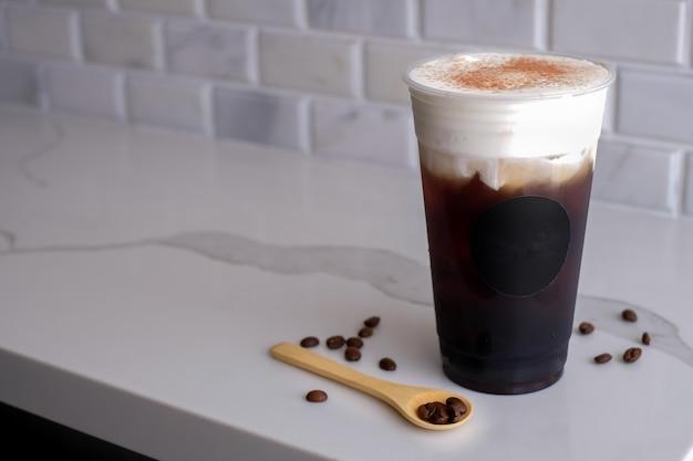 Лед черный кофе морская соль крем в пластиковой холодной чашке. убери закуски.