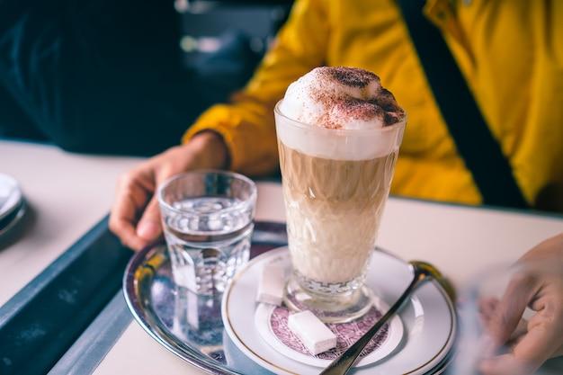 Ледяной кофе с молочной пеной в кафе.