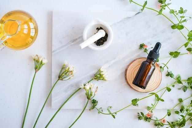 Натуральный уход за кожей на мраморном столе с цветком и эфирным маслом
