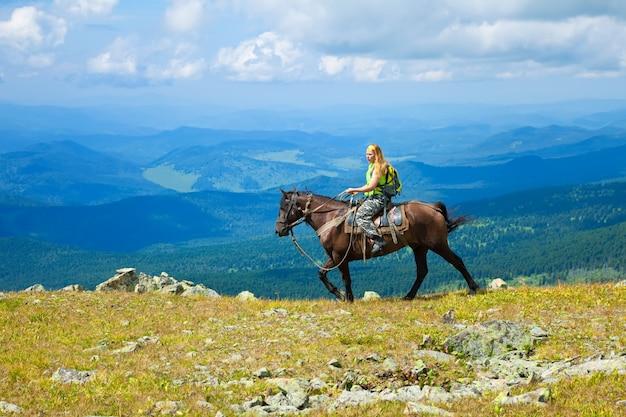 女性の観光客、乗馬