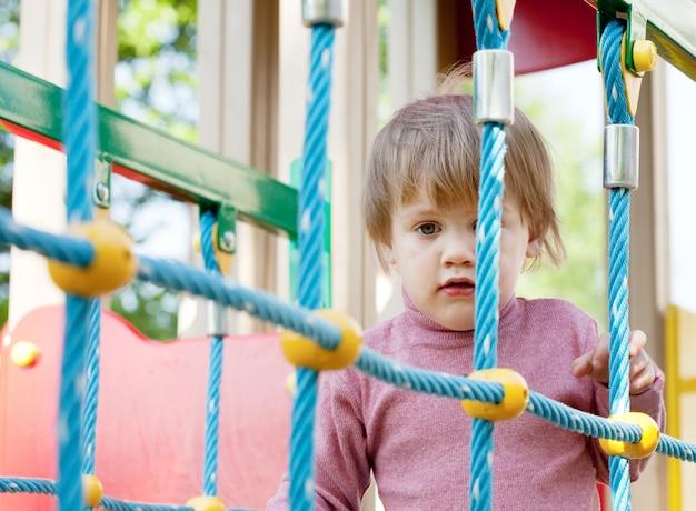 Ребенок в зоне детской площадки