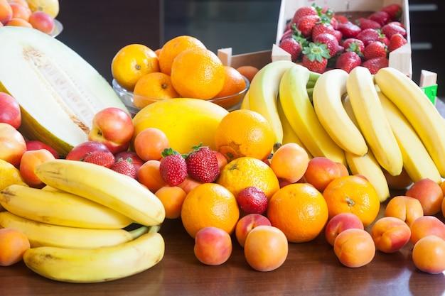 様々な新鮮な果物のヒープ