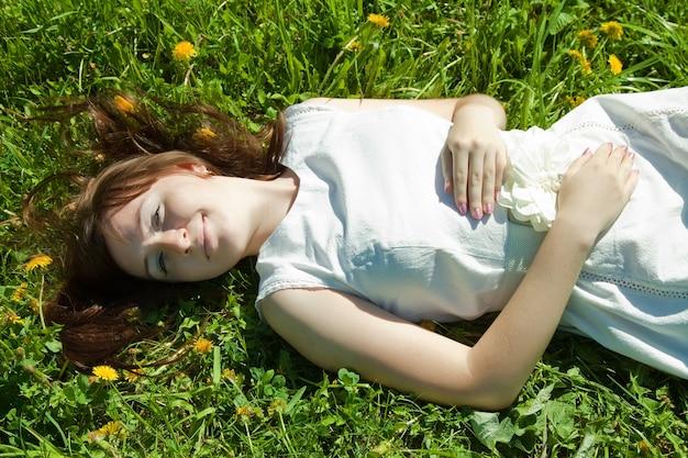 オマン、草原の草の上に横たわる