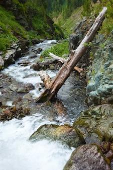 Горы пейзаж с потоком