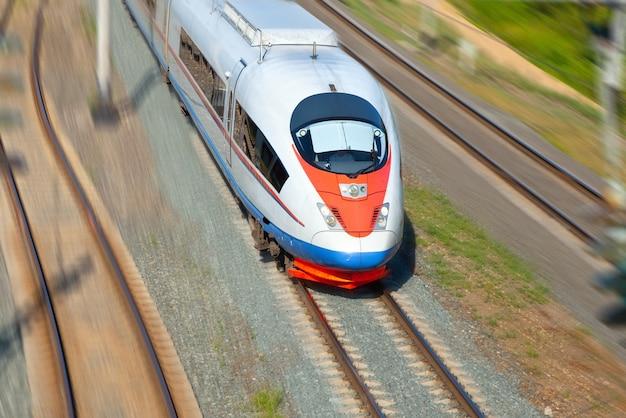 動作中の高速列車